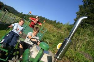 Eine lustige Traktor-Fahrt im Familienhotel Fasching am Längsee